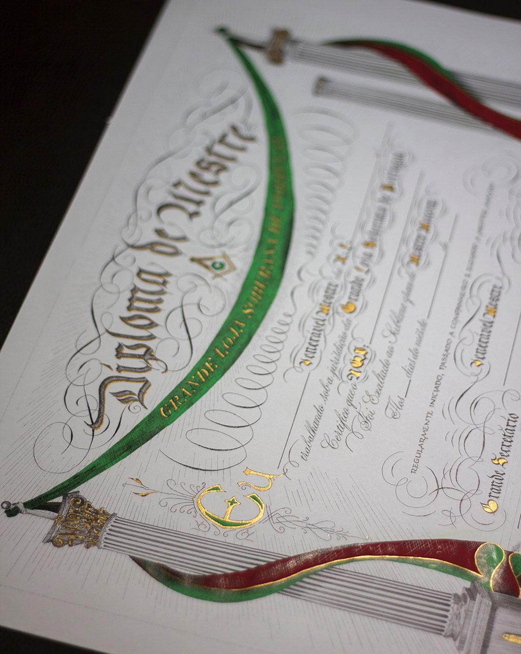 diploma de mestre escrito e decorado de forma tradicional